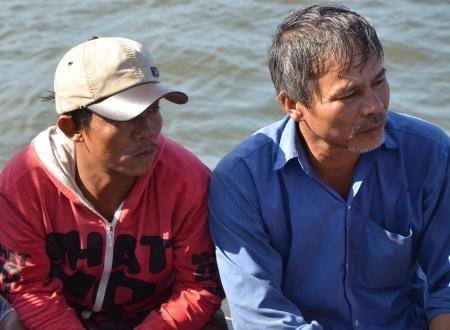 Thuyền trưởng Lựu (phải) cùng em trai Võ Thanh Hương (trái) tiếp tục bám biển Hoàng Sa, bất chấp sự đe dọa từ phía Trung Quốc.