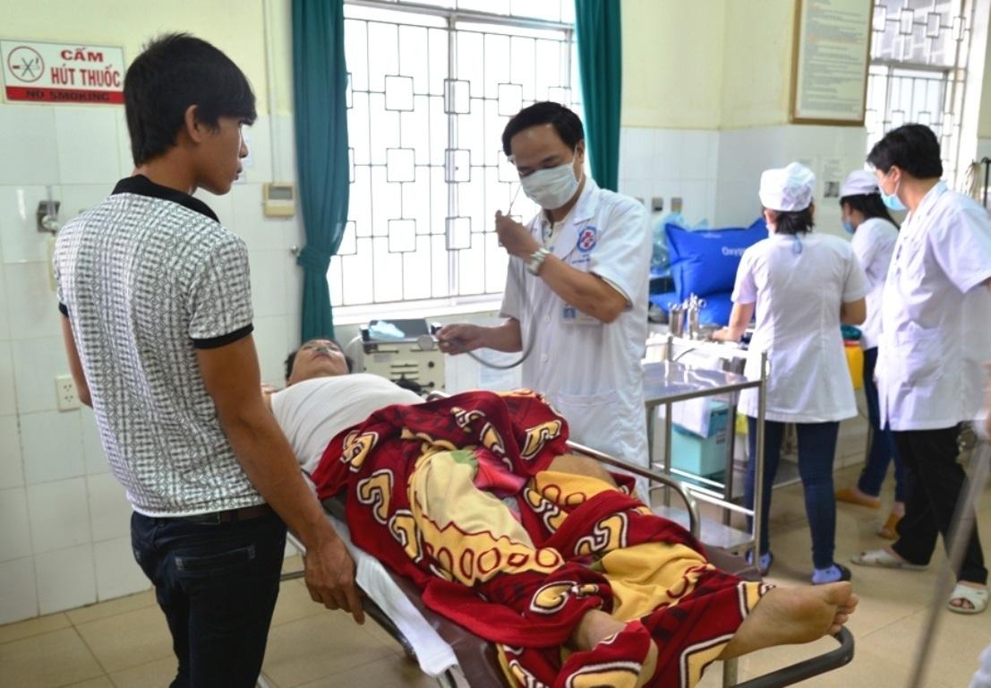 Nạn nhân Duyệt đang cấp cứu tại Bệnh viện ĐK Quảng Ngãi trong tình trạng nguy kịch.