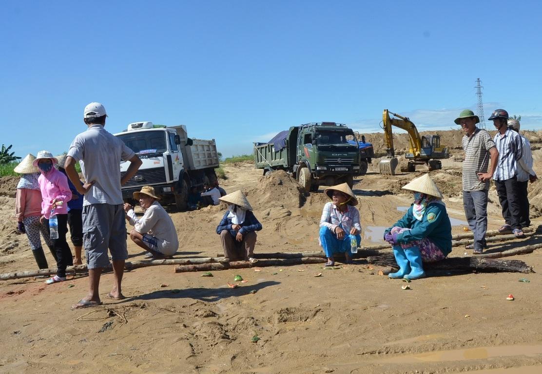 Người dân bỏ sản xuất ra ngăn chặn xe cát hoạt động.
