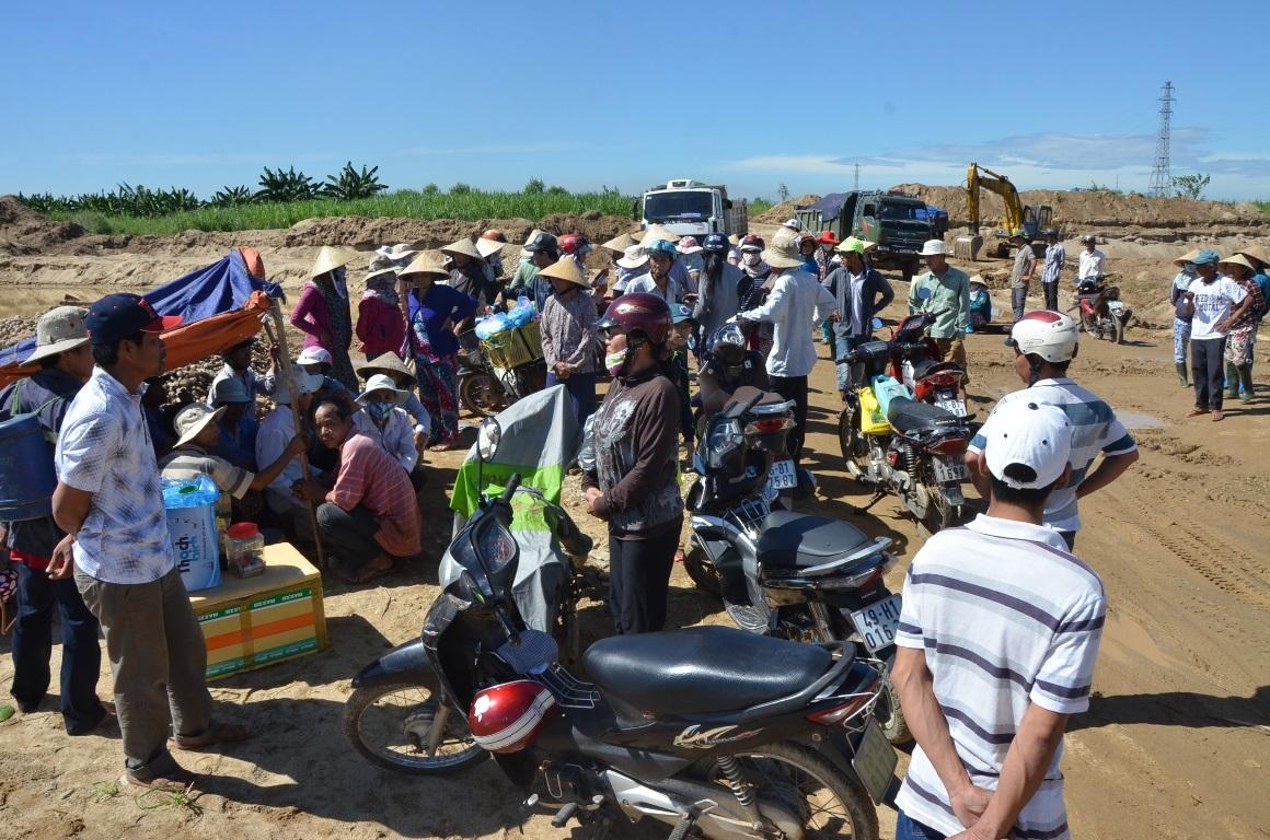 Người dân địa phương dựng liều canh không cho phương tiện hoạt động khai thác tại mỏ cát An Phú.