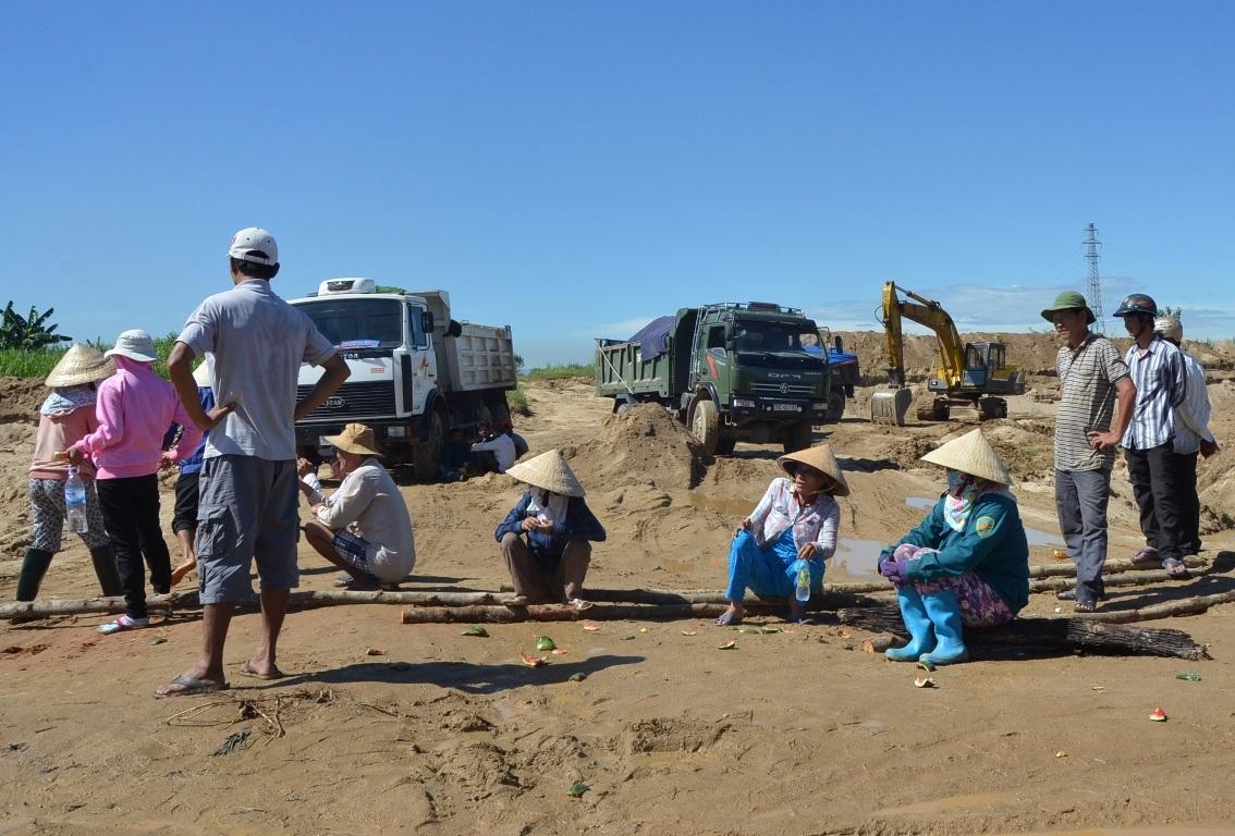 Người già và phụ nữ bỏ đồng áng cùng bà con nhân dân kiên quyết không cho khai thác cát.