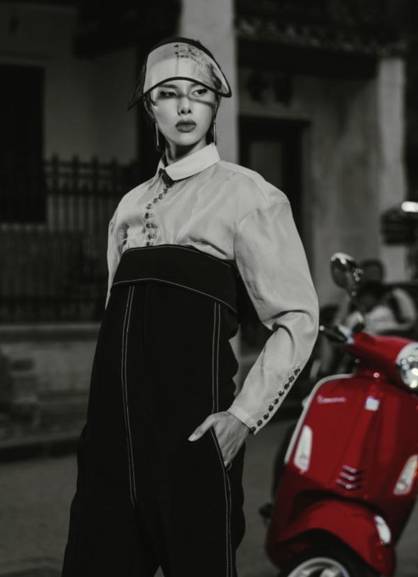 Cô gái cá tính và phóng khoáng, cuốn hút mọi sự chú ý và chiều chuộng nâng niu của NTK Lê Hà chính là Nàng - nghịch ngợm đáng yêu.