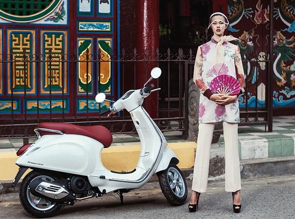 Nàng đến từ Hà Nội mùa đông, trong một bộ sưu tập vấn vương chiếc khăn nhẹ lãng mạn, những chiếc áo khoác dạ thêu nổi với gam màu hồng phấn, hay điểm xuyết những chùm hoa cúc đại đóa ẩn hiện.