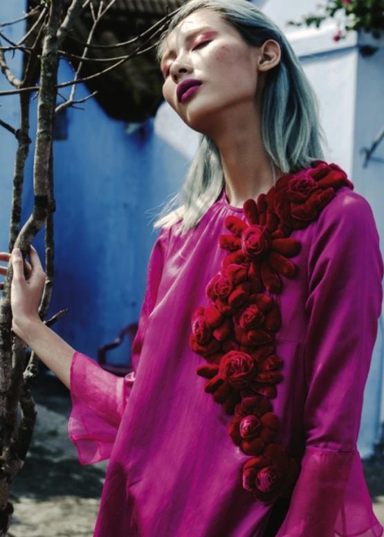 Nàng của Hà Linh Thư là mùa xuân tươi mới và tràn đây hy vọng BST dùng chất liệu nhung, gấm, taffa và organza trong suốt với sắc hồng cánh sen rạng ngời