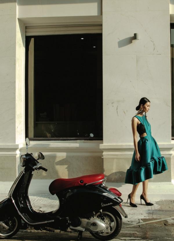 BST dùng chất liệu taffeta và lụa organza đen, trắng, xanh tirquoise tỏa sáng như ngọc. Những chiếc váy tùng xòe rộng xếp nếp phồng đầy thú vị...