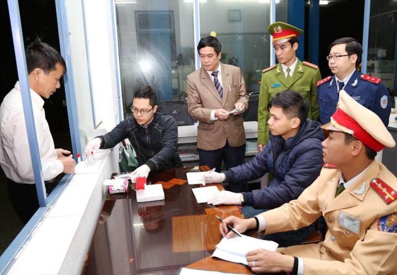 Lực lượng liên ngành tỉnh Ninh Bình tiến hành kiểm tra sức khỏe các lái xe trên địa bàn