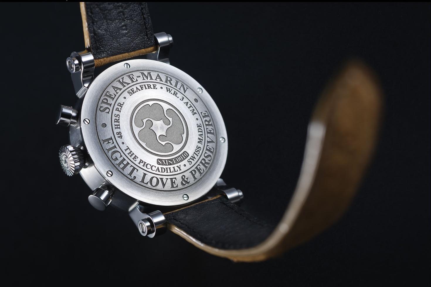 """Mặt sau thân vỏ của hai mẫu đồng hồ này điêu khắc dòng chữ """"FIGHT, LOVE & PERSEVERE với ngụ ý sâu sắc tới chủ nhân rằng: """"hãy sống, chiến đấu và yêu hết mình-đừng bao giờ từ bỏ ước mơ""""."""