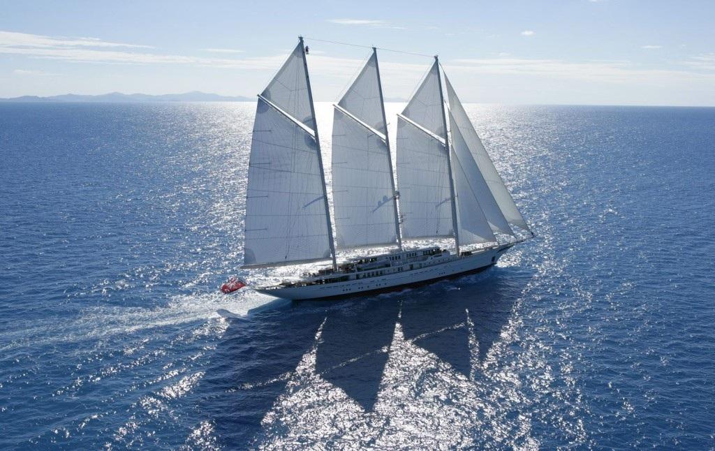 Màu sắc trắng, xanh liên tưởng đến hình ảnh quý ông thanh lịch và mạnh mẽ trên những chiếc du thuyền buồm.