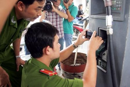 Kiểm tra chất lượng xăng dầu tại một trạm cung cấp ở Tp Hồ Chí Minh - ảnh Trung Kiên