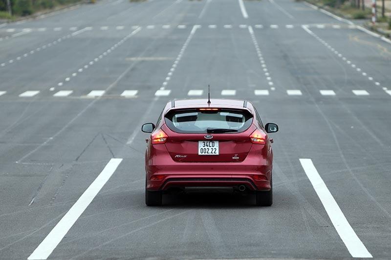 Vì sao Ford Focus 1.5L đắt hơn Focus 1.6L? - 8