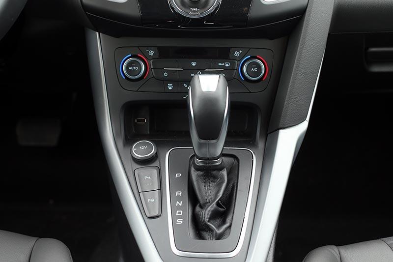 Hệ thống hỗ trợ đỗ xe chủ động trên Focus Sport 1.5L Ecoboost với các nút điều khiển bố trí ngay bên cạnh cần số