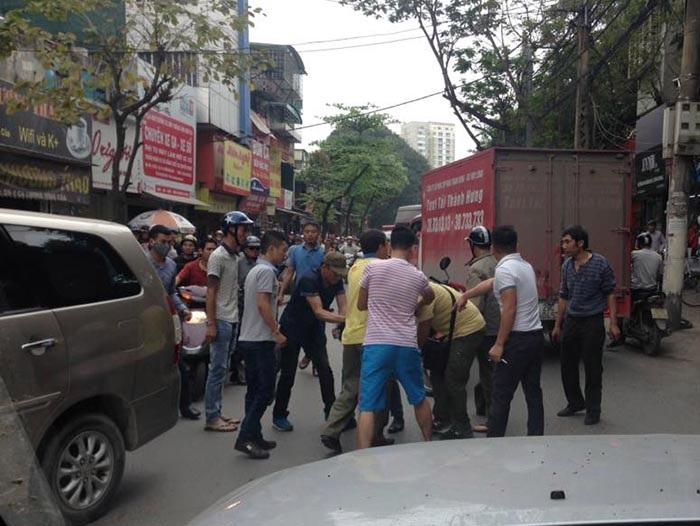 Người dân bức xúc bắt giữ tài xế trên đường Lương Đình Của...