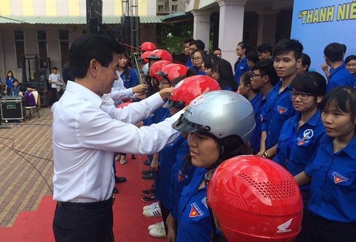 Tặng 1.000 mũ bảo hiểm cho Đoàn viên thanh niên tỉnh Bình Dương - 2