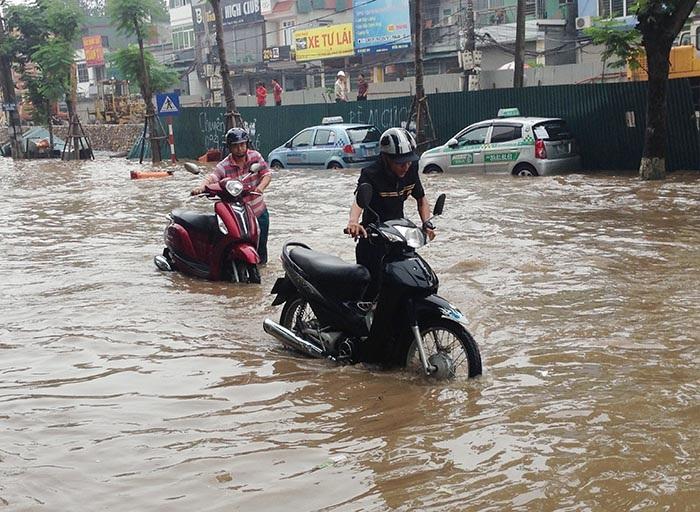 Xe máy dắt bộ trên phố Thái Hà. Ảnh: Việt Hưng