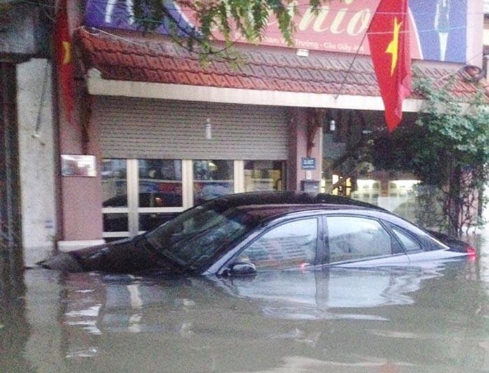 Chiếc Toyota Camry ngập bên vỉa hè đường Xuân Thủy - Cầu Giấy. Ảnh: Hà Trang