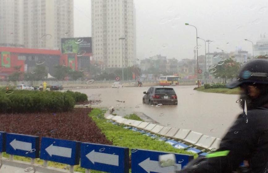 Một chiếc BMW X5 chết máy tại khu vực Trần Duy Hưng - Thanh Xuân - Hà Nội. Ảnh: Lê Quý Quân