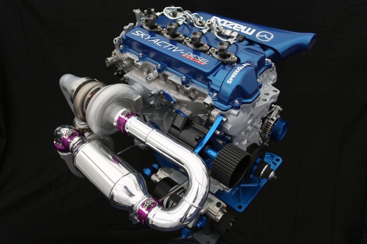Động cơ SkyActiv-D, theo Mazda, có tỉ số nén khá thấp (14:1), giúp tăng hiệu suất nhiên liệu, hệ thống tăng áp được xử lí tốt hiện tượng trễ ở vòng tua thấp. Ngoài ra, động cơ này còn có khả năng đạt momen xoắn cực đại ở vòng tua động cơ lên tới 5.200 vòng/phút và đáp ứng tiêu chuẩn khí thải Euro 6