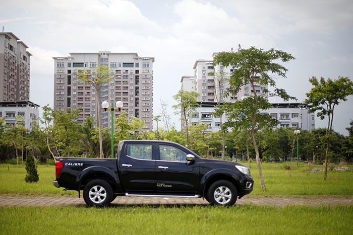 Navara EL có chiều dài tổng thể 5,255m, trọng lượng không tải 1,87 tấn. Chiếc xe này sử dụng bộ mâm hợp kim kích thước 16 và có độ cao gầm xe 225mm.