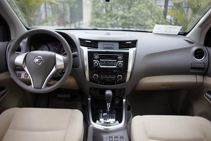 Bố trí khoang lái của Navara EL với nhiều đường nét thừa hưởng từ chiếc Teana; tuy nhiên, do bài toán cạnh tranh về giá bán đã khiến mẫu xe này không có một số tính năng giải trí như các mẫu xe khác, dù vẫn có các hệ thống giải trí với ổ CD 6 loa có hỗ trợ kết nối AUX, USB...