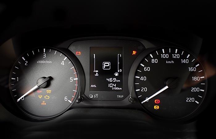 Bảng đồng hồ chính vẫn với dạng kim truyền thống và màn hình LCD hiển thị các mức tiêu hao nhiên liệu và hành trình
