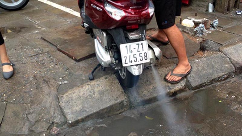 Khi xe ga bị ngập nước gây chết máy, làm thế nào để có thể nổ máy lại xe hoặc cách phòng tránh nào là hiệu quả nhất?