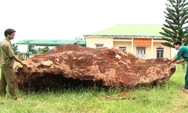 """Tạm giữ tảng đá """"lạ"""" nặng 20 tấn, giá tiền tỷ được mua từ lòng hồ thuỷ điện - 2"""
