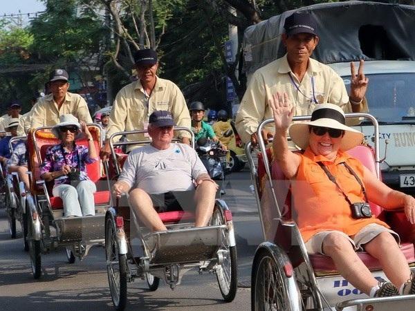 Du khách Pháp đi xích lô tham quan thành phố Đà Nẵng. (Ảnh: Trần Lê Lâm/TTXVN)