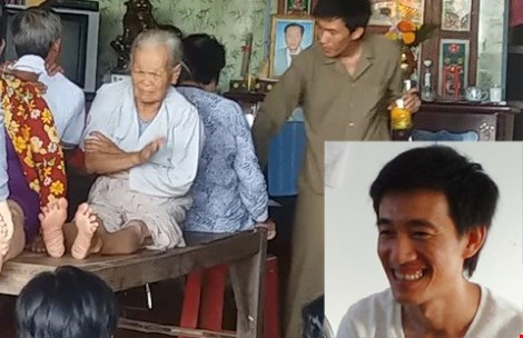 """Tại công an, Phát cười, nói: """"Dạ, em biết sai rồi"""". Ảnh: MINH KHANG. """"Thầy"""" Phát đang cho người bệnh uống bằng nước lã. (Ảnh do công an cung cấp)"""