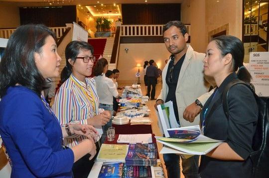 Đại diện doanh nghiệp trong và ngoài nước trao đổi thông tin tại một diễn đàn xuất khẩu ở TP HCM  Ảnh: TẤN THẠNH