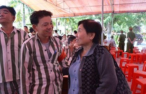 Mẹ con bà Gái gặp nhau hỏi han, dặn dò. Ảnh: HP
