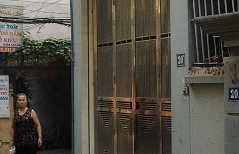 Cơ sở Đông y thảo dược 20B ngõ 278 Kim Giang, Hoàng Mai, Hà Nội luôn trong tình trạng cửa đóng then cài và không có bất kỳ một biển hiệu nào. Bên trong chỉ có một kệ nhỏ bày vài hộp thuốc. Ảnh: Đ.TRUNG