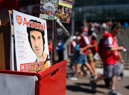 Tạp chí in hình của Cech được bày bán phía bên ngoài sân vận động Emirates