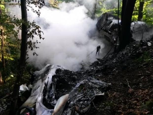 Hai máy bay Slovakia vỡ tan sau vụ đâm nhau trên không - 10