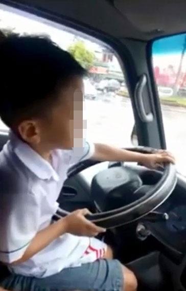 Giật mình cảnh bé trai 6 tuổi lái xe ô tô trên đường - 1
