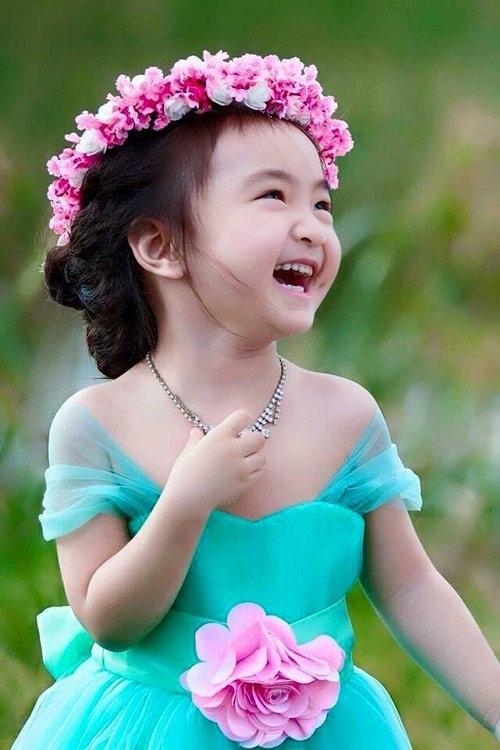 Nụ cười thiên thần của bé gái Tây Nguyên