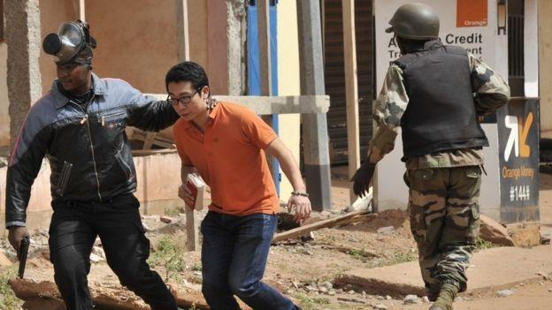 Trong số những người bị bắt giữ làm con tin có nhiều người nước ngoài (Ảnh: AFP)