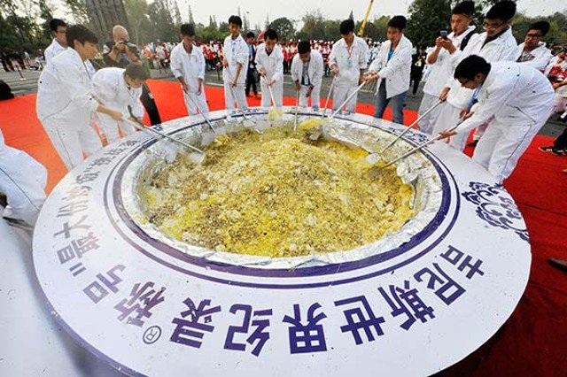 Khoảng 300 người đã được huy động để chế biến lượng cơm rang nặng nhất thế giới (hơn 4 tấn) tại thành phố Dương Châu. Tổ chức kỷ lục thế giới Guinness ban đầu đã công nhận danh hiệu này nhưng sau đó đã thu hồivì hạt cơm được cho là vẫn sống sau 4 giờ chế biến.