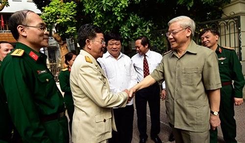 Các đồng chí trong Đảng ủy, Ban biên tập và cán bộ, phóng viên Báo QĐND qua các thời kỳ đón đồng chí Tổng Bí thư.