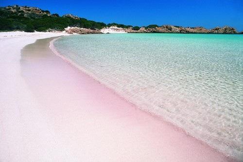Bãi biển cát hồng Spiaggia Rosa;ở Budelli, Ý là một trong những đảo thuộcquần đảo Maddalena ;ở đông bắc Sardinia thuộc Italy, có cảnh sắc như một tác phẩm nghệ thuật. Bãi biển hồng chỉ được ngắm từ xa