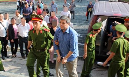 Bị cáo Dương Thanh Cường được dẫn giải vào tòa sáng nay.