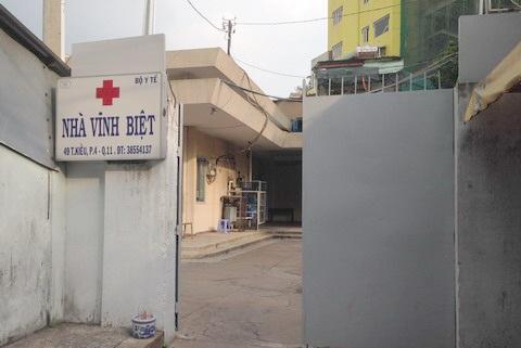 Nhà vĩnh biệt bệnh viện Chợ Rẫy với cánh cổng khép hờ.