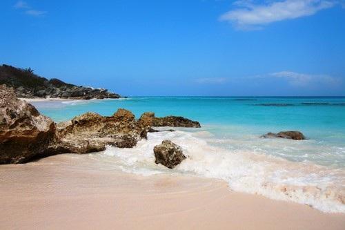 Bãi biển Horseshoe Bay – Bermuda: Horseshoe Bay là một trong những bãi biển màu hồng lãng mạn ở Bermuda. Nằm ở Southampton, bãi biển trải dài với màu hồng phấn, là kết quả của vỏ sò vụn, san hô và can xi.