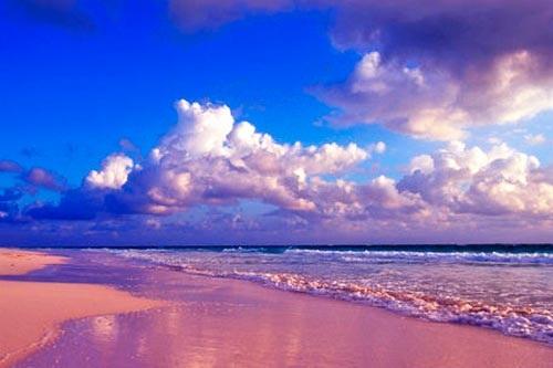 Bãi biển màu hồng Great Santa Cruz – Philippines: Bãi biển Great Santa Cruz có màu hồng đặc biệt là sự hòa trộn của cát trắng và bột từ san hô đỏ dưới biển. Một số chỗ ở đây còn giữ được vẻ đẹp nguyên thủy. Nhược điểm lớn là tình trạng an ninh ở đây không tốt.