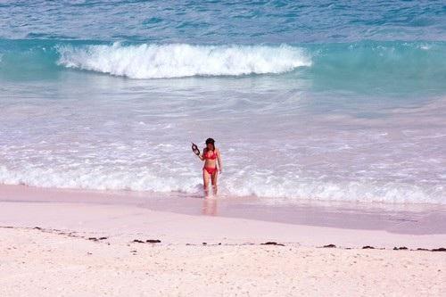 Biển cát hồng, Bahamas: Nằm trên hòn đảo Harbor, bãi biển trải dài gần 5km này là một trong những nơi có bờ cát màu hồng đẹp nhất trên thế giới. Nơi đây thu hút rất đông khách du lịch đến để tận hưởng làn nước trong xanh, chiêm ngưỡng bãi cát hồng ấn tượng, thư giãn trong những khu nghỉ dưỡng sang trọng hay nghỉ ngơi tại các căn nhà nhỏ thơ mộng bên bờ biển