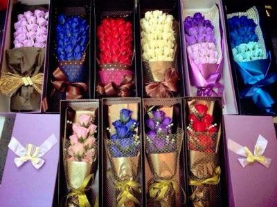 Sự đa dạng về mẫu mã cũng như màu sắc khiến hoa sáp thơm trở thành món quà độc đáo trong dịp 20/10 sắp tới