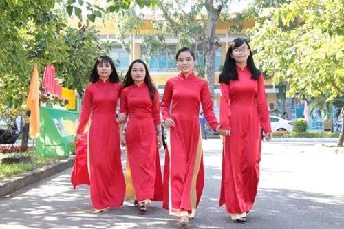 Sinh viên trong tà áo dài ngày kỷ niệm 40 năm thành lập trường.
