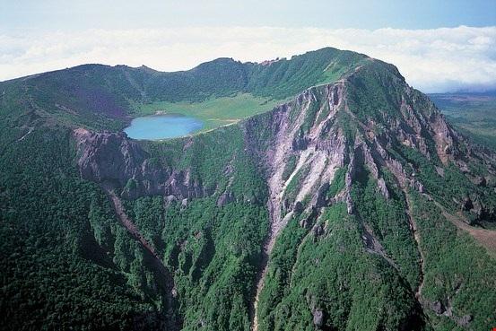 Ngọn núi này cao 1.950m trên mực nước biển, bao quanh là 360 núi lửa vệ tinh. Ảnh: rokdrop.