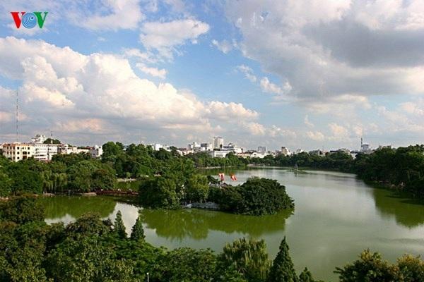 Toàn cảnh Hồ Gươm trong cảnh sắc mùa thu. Hàng cây xanh, vài ngọn cây loà xoà đón nắng ửng vàng…