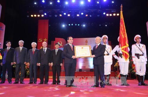 Tổng Bí thư Nguyễn Phú Trọng trao tặng Huân chương Hồ Chí Minh lần thứ hai cho tập thể cán bộ, công chức, viên chức, người lao động của Tạp chí Cộng sản (Ảnh: TTXVN)