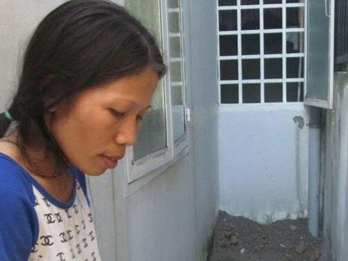 Chị Chính bên cạnh vị trí hố mà Tâm đã phi tang thi thể của đứa con trai